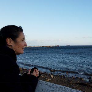 imagen donde podemos ver a la artista Cristina Lucas mirando al mar..