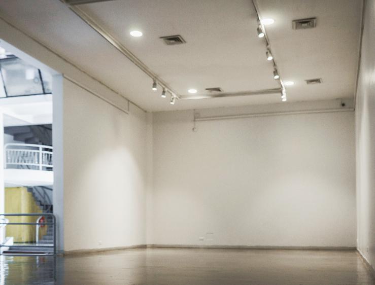 Sala de exposiciones del CCESantiago vacia